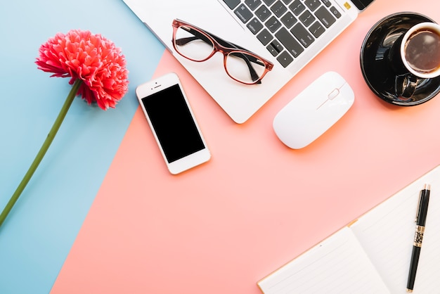 Composição de mesa de escritório moderno com dispositivo tecnológico