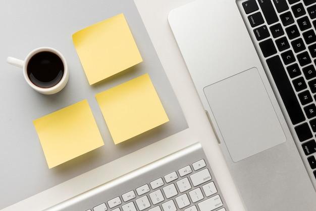 Composição de mesa de escritório plana com post-its vazios