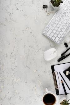 Composição de mesa elegante com espaço de cópia