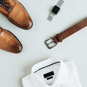 Composição de moda masculina com relógio, camisa, cinto e sapatos