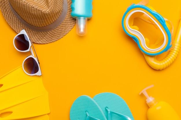 Composição de moda praia e acessórios em um amarelo