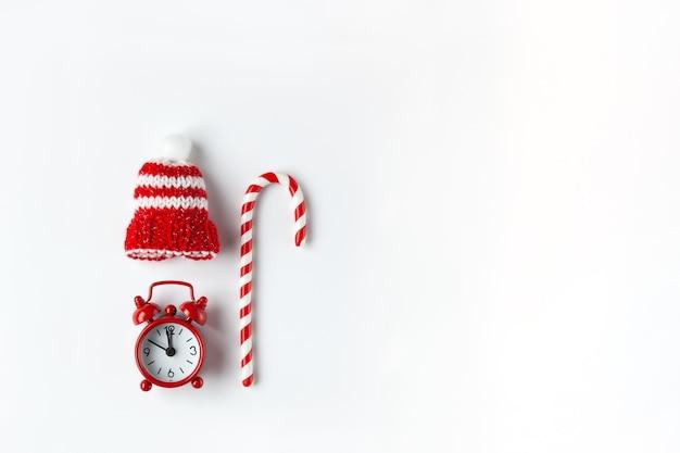 Composição de natal, bala de cana, pequeno relógio analógico