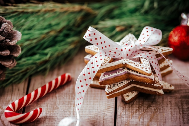 Composição de natal - biscoito de gengibre, anis e canela na mesa de madeira