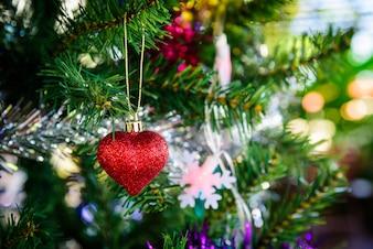 Composição de Natal brilhante com coração vermelho