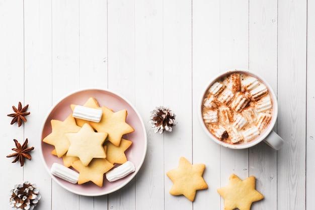 Composição de natal, chocolate quente e biscoitos.