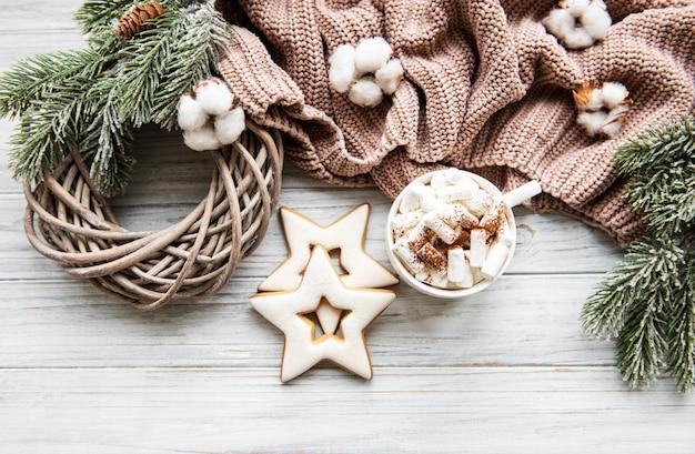 Composição de natal com biscoitos e chocolate quente