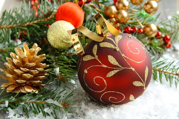 Composição de natal com bola de natal e decoração