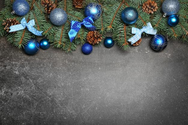 Composição de natal com bolas e enfeites em fundo cinza