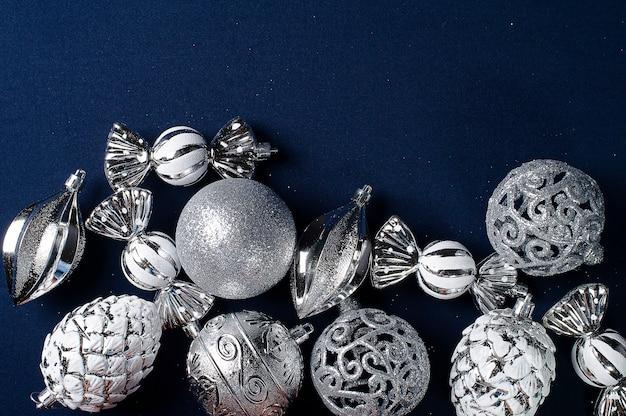 Composição de natal com bolas prateadas. copie o espaço