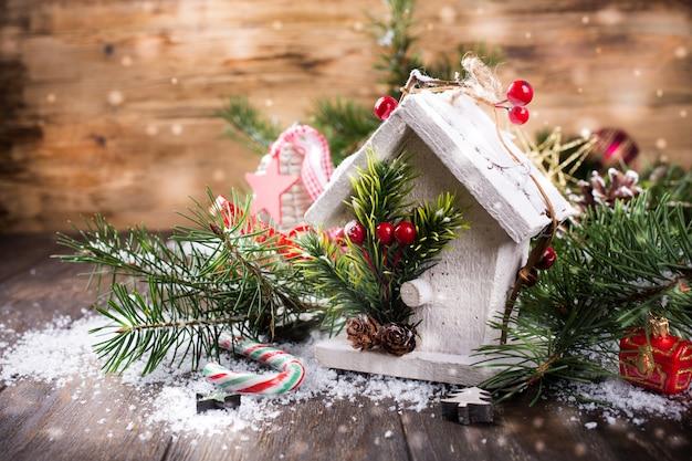 Composição de natal com casa de madeira branca,