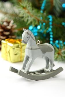 Composição de natal com cavalo de balanço de brinquedo de madeira
