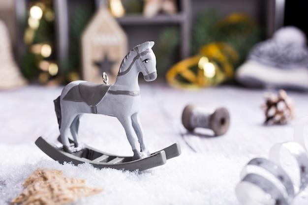 Composição de natal com cavalo de balanço