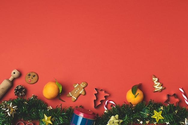 Composição de natal com enfeites de natal em vermelho