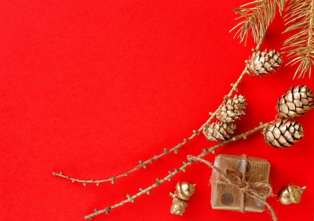 Composição de natal com enfeites de ouro festivos
