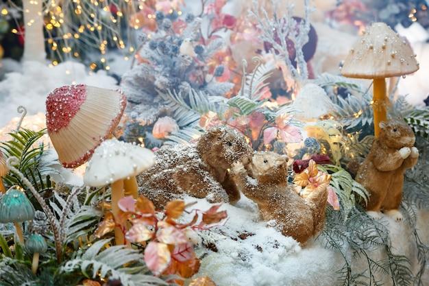 Composição de natal com esquilos e cogumelos, decoração de natal