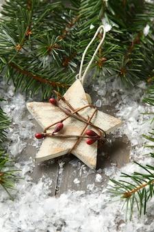 Composição de natal com estrela e galho de árvore de natal
