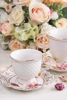 Composição de natal com flores e xícaras de chá branco