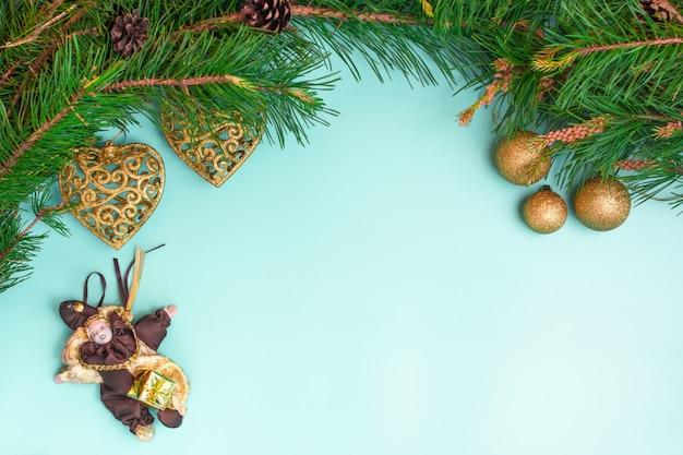 Composição de natal com galhos de árvore do abeto e decorações de natal em fundo ciano claro, vista superior com espaço de cópia