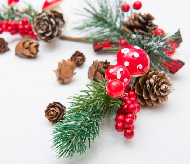 Composição de natal com galhos de árvore do abeto e decorações vermelhas