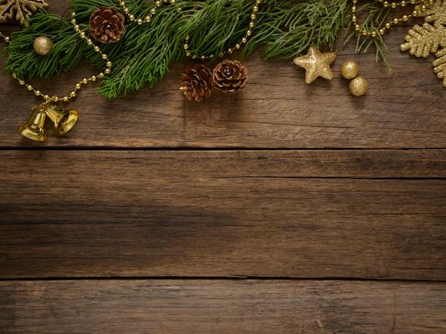 Composição de natal com galhos de árvore do abeto em fundo de madeira escuro rústico. espaço para texto