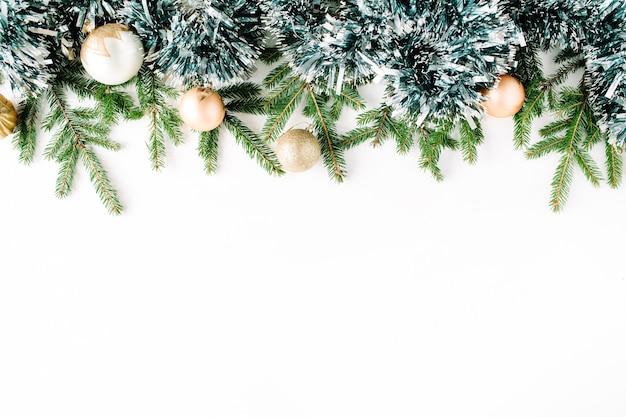 Composição de natal com galhos de pinheiro, pinhas, bolas de natal e enfeites de natal.