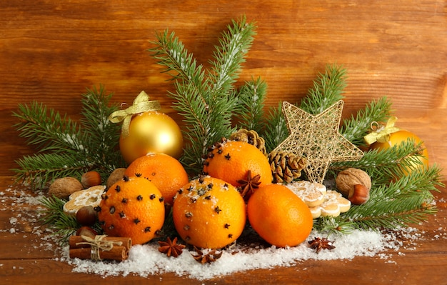Composição de natal com laranjas e abeto, em madeira.