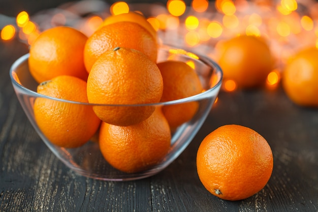 Composição de natal com laranjas e abeto, sobre fundo de madeira
