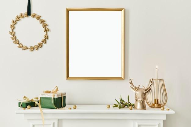 Composição de natal com moldura de pôster simulada de ouro, chaminé branca e decoração. árvores e guirlandas de natal, velas, estrelas, acessórios leves e elegantes. modelo.