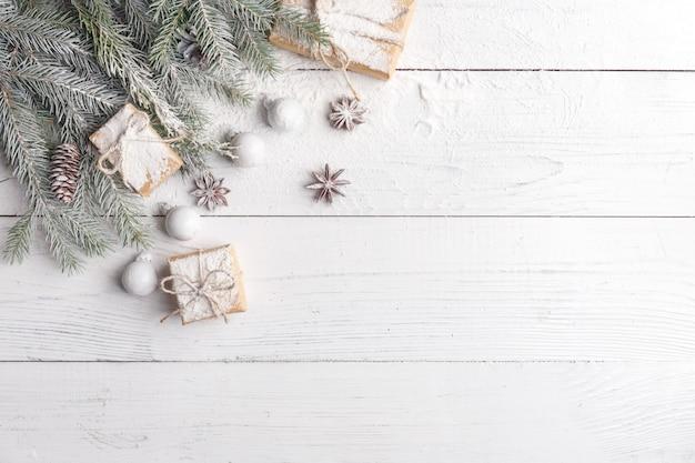 Composição de natal com moldura de ramos de abeto, decorações de natal e pinhas. vista plana, vista superior