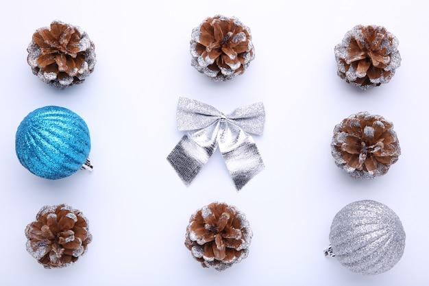 Composição de natal com pinhas e bolas de natal em fundo branco