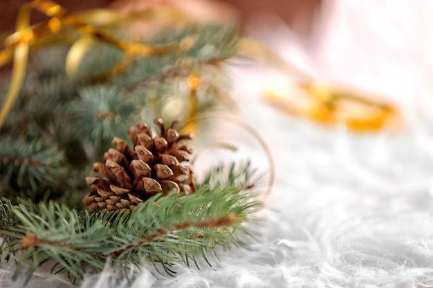Composição de natal com pinho e pinha, closeup