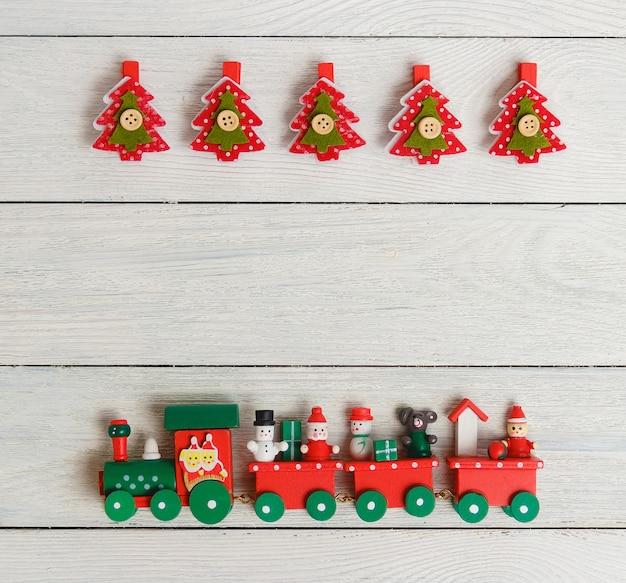 Composição de natal com prendedores de roupa de árvore do abeto e trem de brinquedo