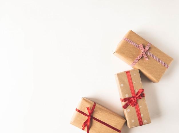 Composição de natal com presentes em fitas de papel ofício e decoração vermelha