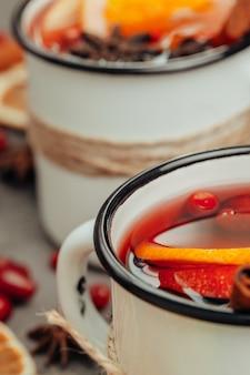 Composição de natal com quentão quente em taça rústica