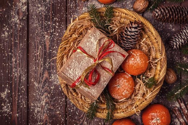 Composição de natal com tangerinas, caixas de presente, cones