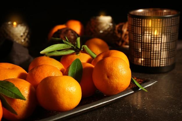 Composição de natal com tangerinas e velas