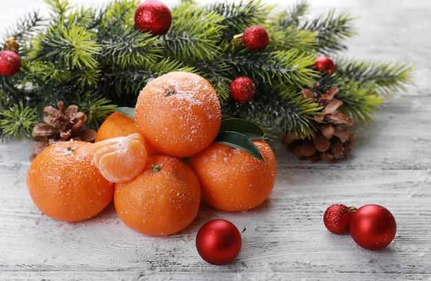 Composição de natal com tangerinas em fundo de madeira