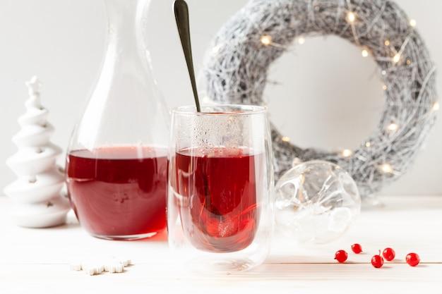 Composição de natal com uma bebida quente de viburno e decorações de natal,