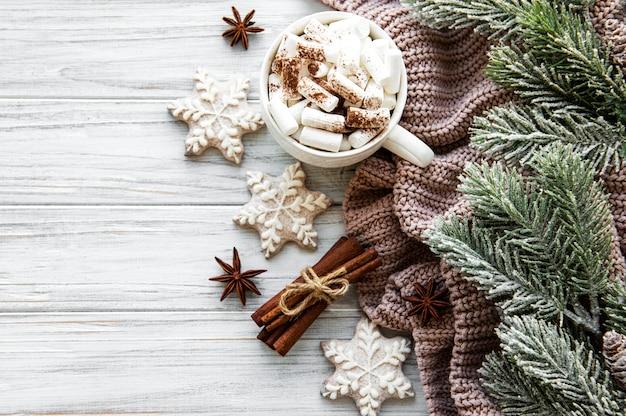 Composição de natal com uma xícara de chocolate quente e decorações