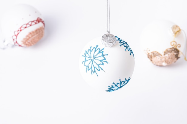 Composição de natal de ano novo. presentes, decorações de bola branca em fundo branco. conceito de férias de inverno. vista angular