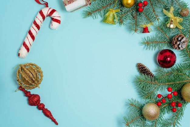 Composição de natal de brinquedos de natal, doces e ramos de abeto