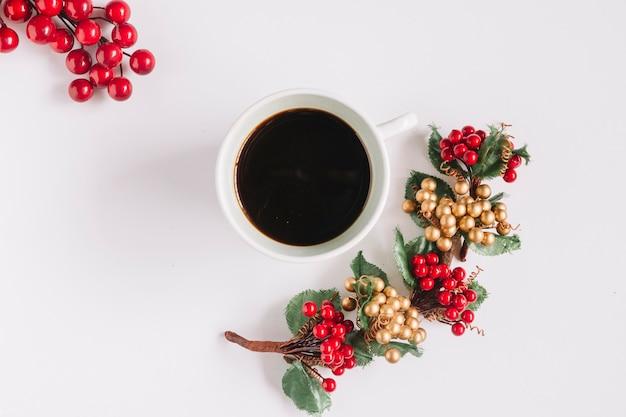 Composição de natal de café com bagas vermelhas