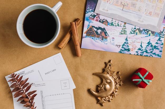 Composição de natal de café com cartões postais
