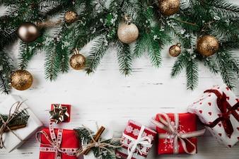 Composição de Natal de caixas de presente e galhos de árvores de abeto