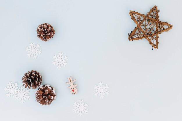 Composição de natal de cones com flocos de neve