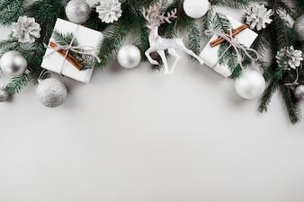 Composição de Natal de galhos de árvore do abeto verde com enfeites de prata