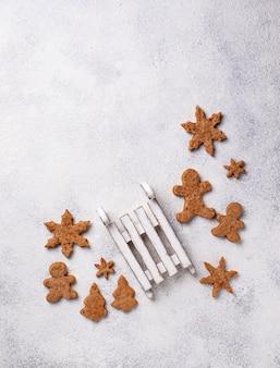 Composição de natal de inverno com biscoitos de gengibre