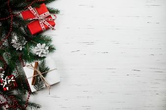 Composição de Natal de pequenas caixas de presente na mesa