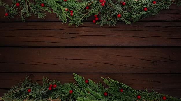 Composição de natal de pinheiros em um fundo de moldura de madeira com espaço de cópia