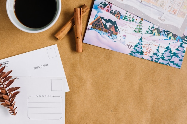 Composição de natal de xícara de café com cartões postais